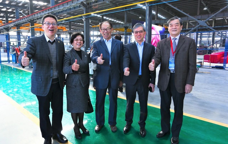 Guests visit and discuss in the new factory of Chuangbo. 1